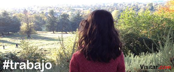 Niña de espaldas mirando un paisaje natural del parque de Richmond, en Londres Inglaterra.