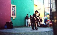 Una pareja baila tango en una calle de Argentina