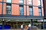 El supermercado Tesco del edificio de los Apartamentos Kilburn