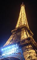 Un ambiente mágico al lado de la Torre Eiffel de noche