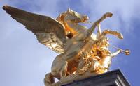 Unas de las inmensas esculturas del pegasos dorado